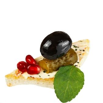 Canape con cetriolo e olive.