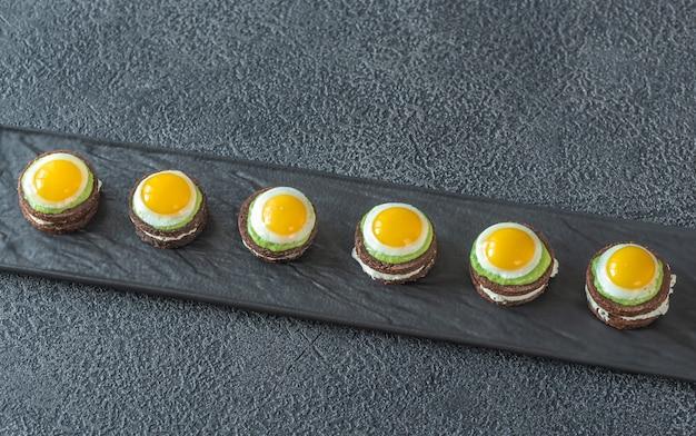Canape con uova di quaglia fritte