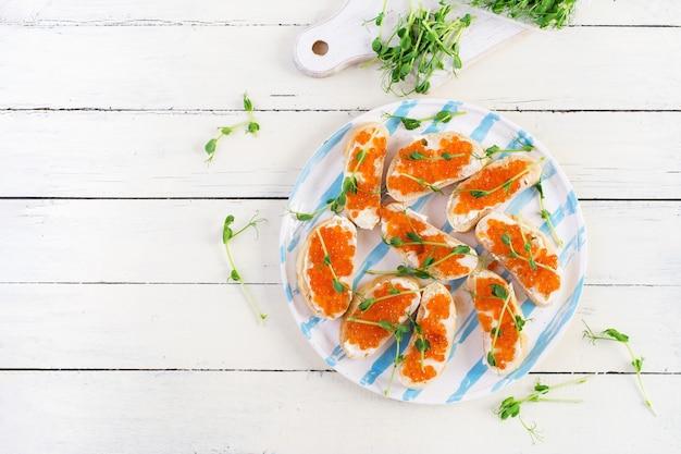 Canape con caviale rosso salmone