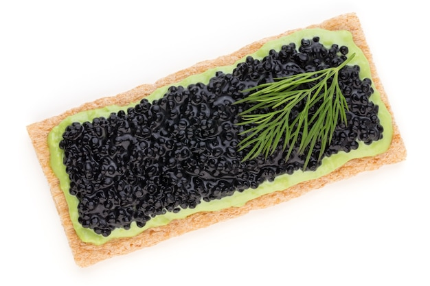 Tartine con caviale di storione nero e spezie isolate sulla superficie bianca.