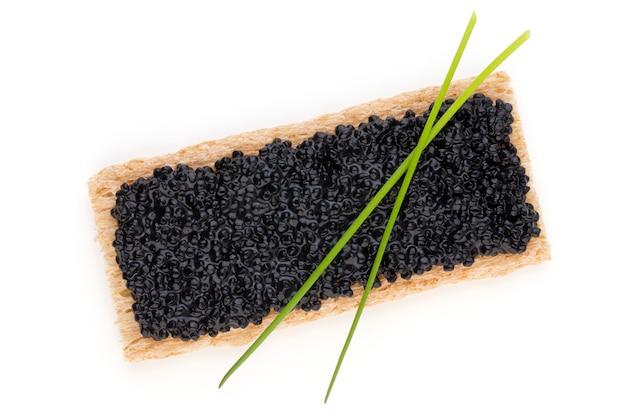 Tartine con caviale di storione nero e spezie isolate su bianco.