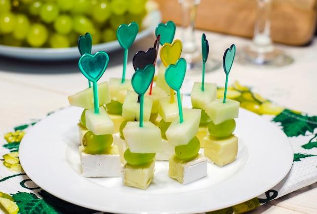 Crostini con formaggio e uva su un piatto