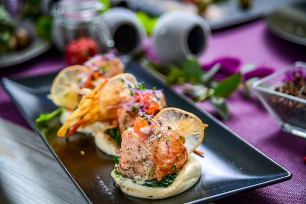 Tartine con salmone affumicato, caviale e spinaci. concetto per una sana alimentazione.