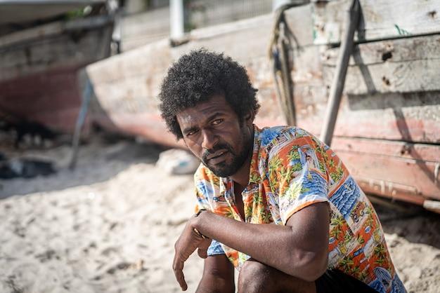 Candido pescatore nero sulla costa dell'oceano