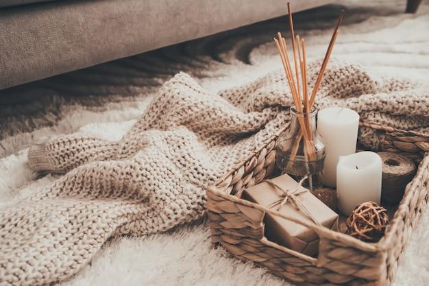 Candela e maglieria in cesto di vimini