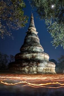 Processione a lume di candela (wien tien) il makha bucha day al tempio wat umong suan puthatham