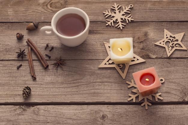 Candele e decorazioni natalizie su fondo in legno