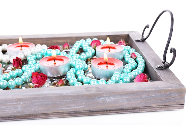 Candele su vassoio vintage con perline decorative, pietre, isolate su superficie bianca