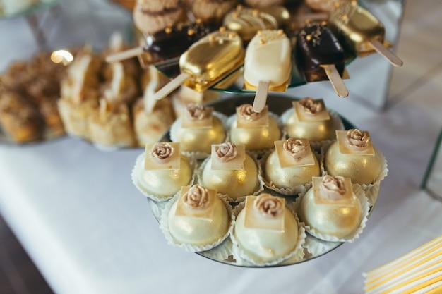 Barretta di cioccolato. delizioso ricevimento di festa sul tavolo da dessert