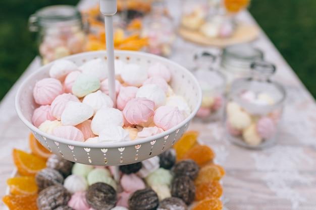 Barretta di cioccolato. delizioso buffet di dolci con cupcakes. buffet dolce delle feste con cupcakes e altri dolci. Foto Premium