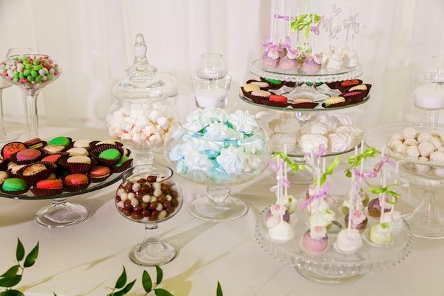 Candy bar per una festa di matrimonio tavolo colorato con dolci per il matrimonio