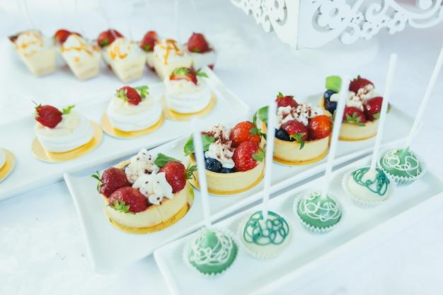 Candy bar tavolo festivo bianco con dessert