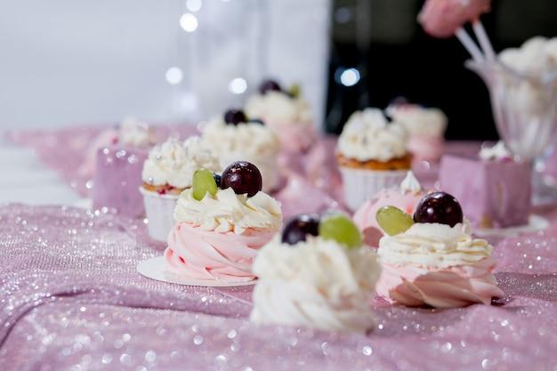 Il candy bar con un'ampia selezione di dessert diversi
