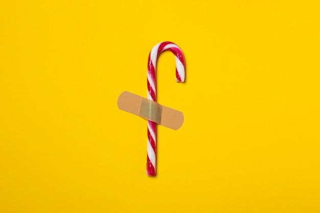 Zucchero filato intonacato sullo sfondo giallo