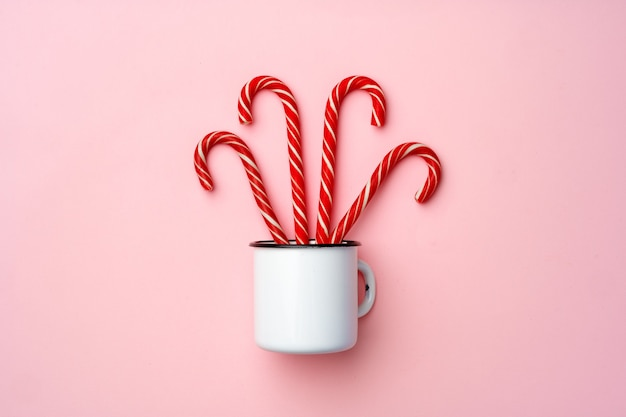Bastoncini di zucchero su sfondo rosa vista dall'alto