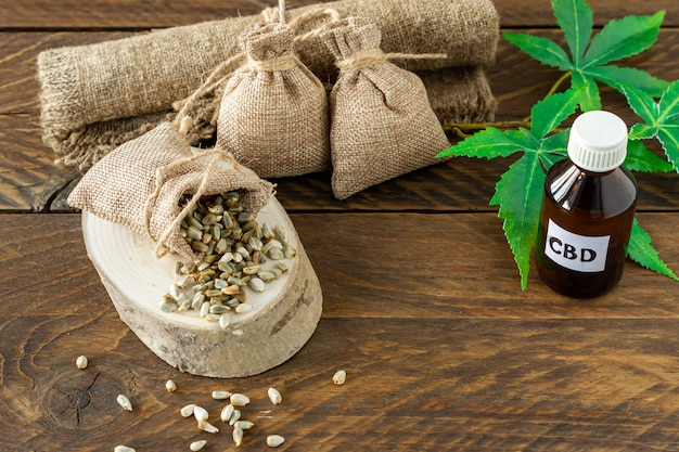 Prodotti di canapa con olio di cannabis cbd - tintura di thc e foglie e semi di canapa.