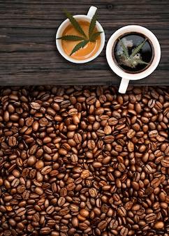 Caffè alla cannabis con chicchi di caffè sul tavolo sul tavolo