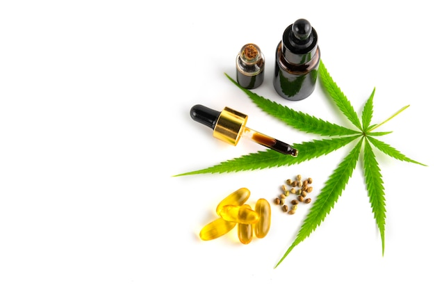 Contenitore per olio essenziale di cannabis con foglie di cannabis e semi di cannabis