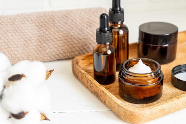 Il siero per il viso di cannabis o il concetto di contagocce di olio