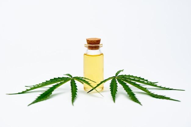 Estratto di olio di cannabis e foglie di cannabis.