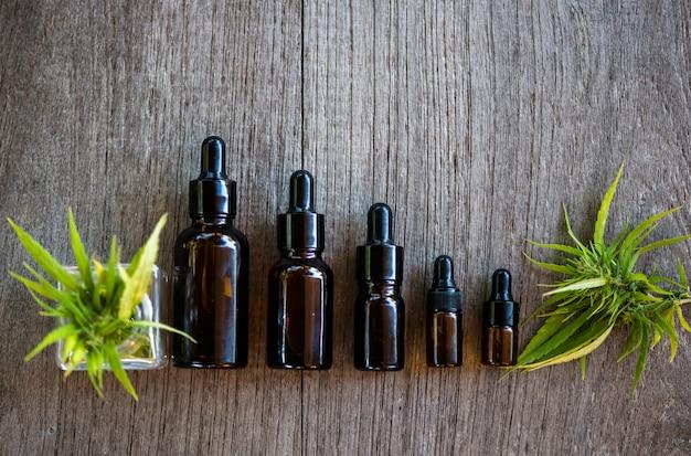Prodotti a base di olio di cannabis in piccole bottiglie