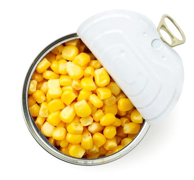 Mais in scatola in un barattolo di latta aperto su uno sfondo bianco, isolato. vista dall'alto