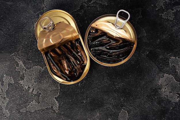 Conserve di pesce in salsa conservare sul tavolo di legno scuro