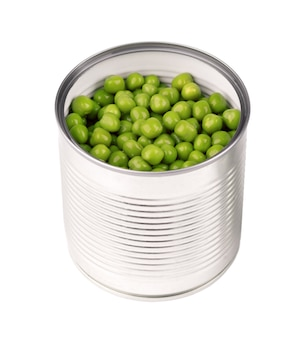 Piselli in scatola in lattine di metallo, isolati su sfondo bianco. piselli in salamoia.