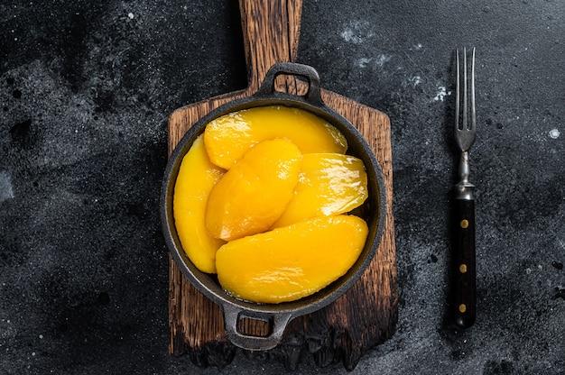 Fette di mango in scatola nella ciotola