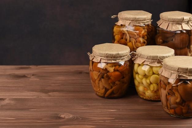 Funghi marinati in scatola in barattoli di vetro