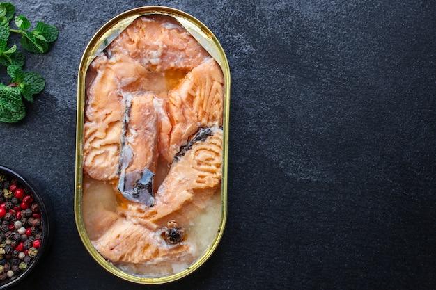 Salmone in scatola, pesce conserva frutti di mare
