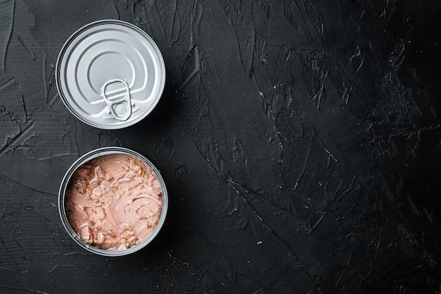 Set di tonno bianco senza soia in scatola, in barattolo di latta, su fondo nero