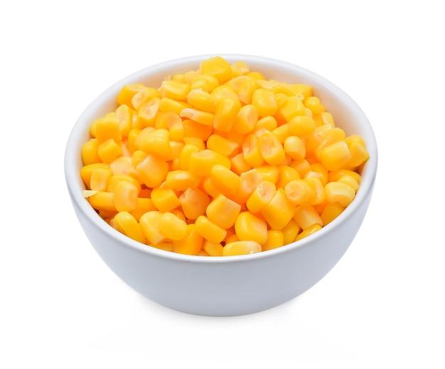 Isolato di mais dolce in scatola su bianco