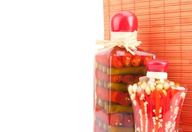Conserve di verdure in vasetti di vetro. pepe, fagiolino e asparagi