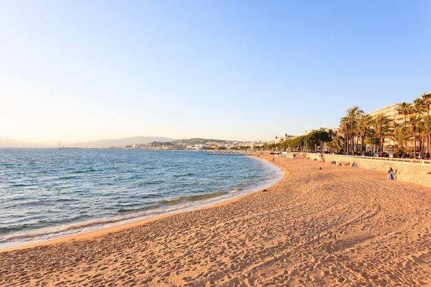 Vista di giorno della spiaggia di cannes, francia. famosa città nel sud della francia. promenade de la croisette