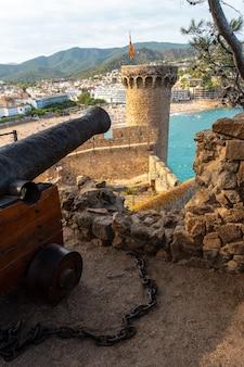 Cannoni nel castello di tossa de mar in estate, girona sulla costa brava della catalogna nel mediterraneo