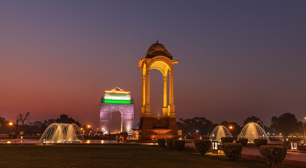 The canopy and the gate of india, illuminazione notturna, new delhi.