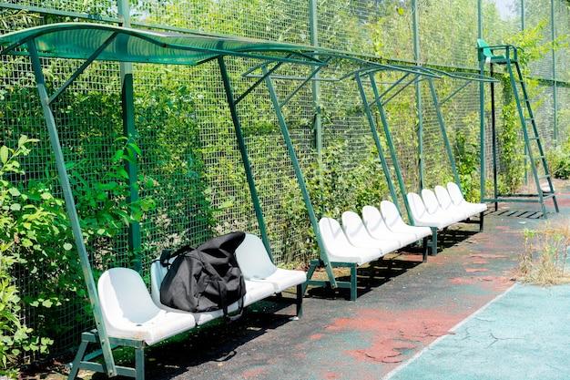 Sedili a baldacchino sul campo da tennis