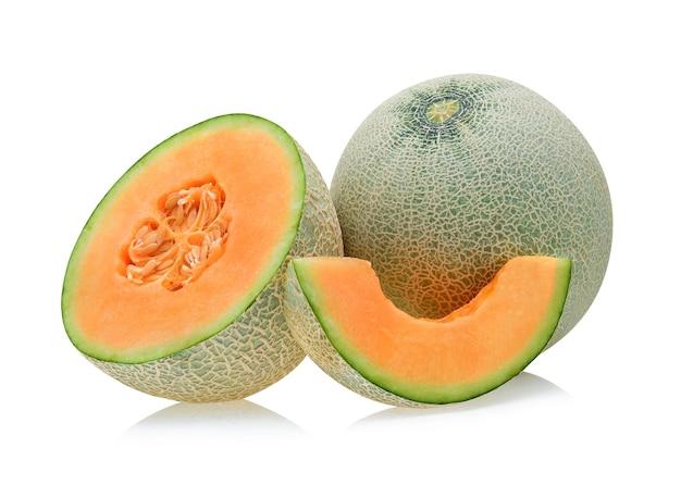 Melone cantalupo isolato su sfondo bianco