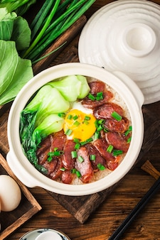 Cottura alla cantonese di riso in terracotta con carne cerata
