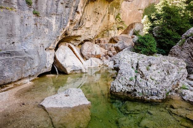 Canyon e scogliere scavate dal fiume a parrizal, vicino alla città di beceite, in spagna.