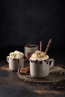 Un berretto di cioccolata calda con panna montata e cannella, immagine messa a fuoco selettiva