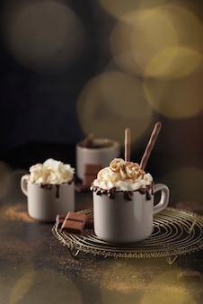 Un tappo di cioccolata calda con panna montata e cannella