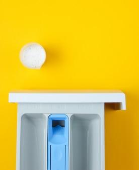 Capacità della lavatrice per polvere, contenitore di misurazione con polvere. vista dall'alto, piatto