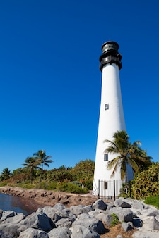 Faro e lanterna di cape florida nel parco statale di bill baggs a key biscayne in florida