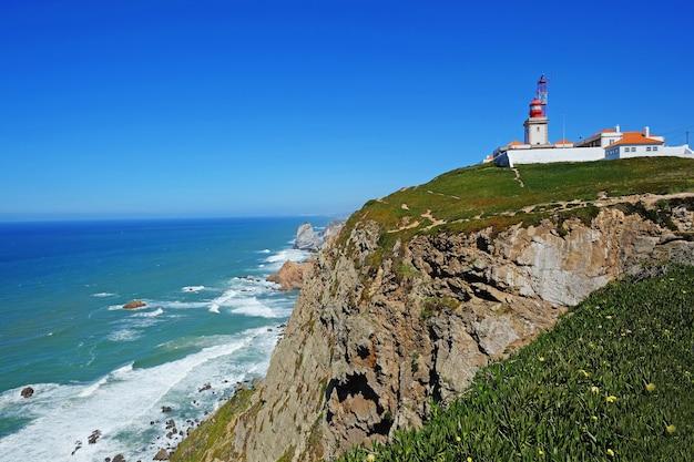 Cape roca (cabo da roca) con il faro in portogallo. vista della costa dell'oceano atlantico con tempo soleggiato in estate