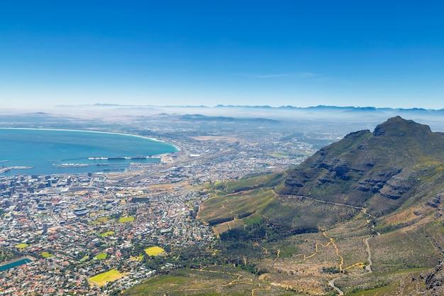 Cape town e le montagne nella nebbia vista dalla cima della table mountain
