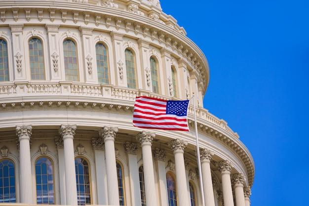 Campidoglio che costruisce la bandiera americana di washington dc usa