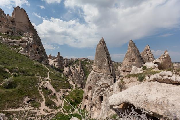 Cappadocia formazioni tufacee antica città rupestre. paesaggio estivo. valle di goreme, turchia