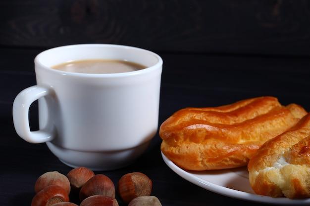 Fine della pasticceria del choux del cappuccino su oscurità